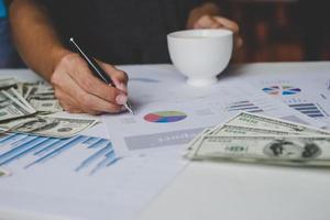 hombre de negocios, con, documento, gráfico, y, usd, dinero, en, plano de fondo