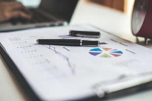informe comercial y financiero en el lugar de trabajo foto