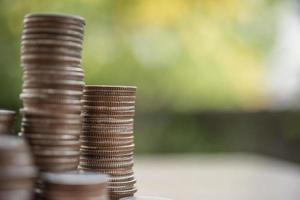 una pila de monedas en la naturaleza verde foto