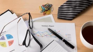 Informe de negocios en papel con bolígrafo en el escritorio foto