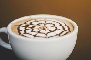 taza de café en una mesa de madera foto