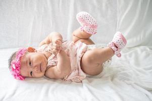 retrato, de, un, bebé, acostado, en, espalda foto