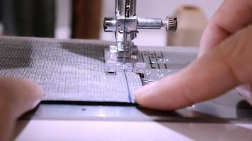 Mujer haciendo patchwork con máquina de coser video