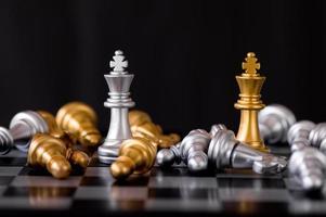 una pieza de ajedrez rey de oro y plata