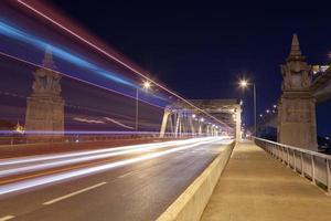 tráfico en el puente por la noche foto