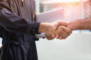 dos personas dándose la mano foto