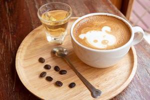 arte latte en una taza blanca