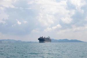 gran carguero en el mar