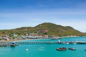 Barcos de pesca amarrados en el puerto de Tailandia foto