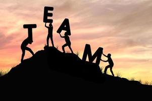 Silueta de trabajo en equipo de hombres ayudando y levantando equipo de palabra