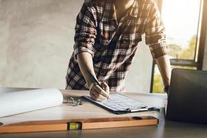 hombre escribiendo en un tablero de clip foto