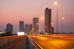 tráfico y rascacielos en bangkok