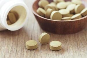 pequeñas pastillas marrones foto