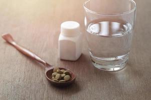 pastillas en una cuchara foto