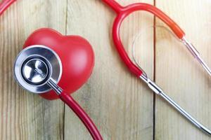 corazón rojo y estetoscopio