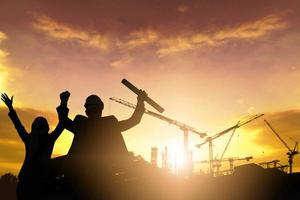 silueta de Engineere en el sitio de construcción foto