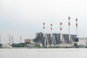planta de energía en el río en bangkok foto