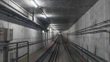 túnel de metro vacío foto