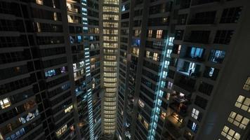 kuala lumpur, malasia, 2020 - edificios rascacielos en la noche foto