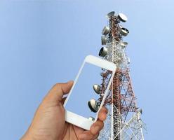 teléfono tomando fotos de antena de radio