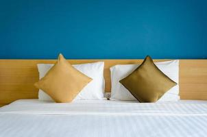 cama de hotel hecha foto