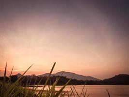 puesta de sol en las montañas foto