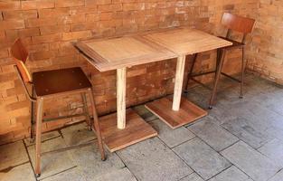 mesa y sillas en un cafe foto