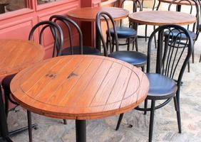 mesas de madera y sillas de metal
