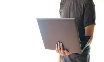 hombre sosteniendo laptop foto