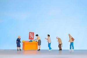 compradores que buscan artículos con descuento