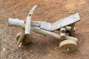 bicicleta de madera rústica foto