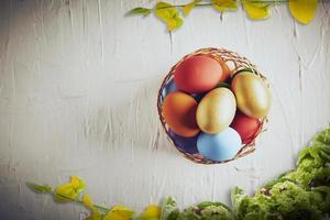 vista superior de huevos de pascua foto