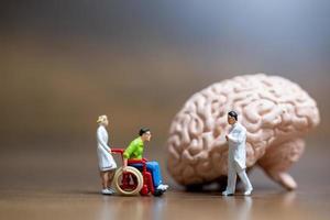 Figuras en miniatura de un cirujano hablando con un paciente. foto