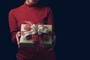 mujer con caja de regalo foto