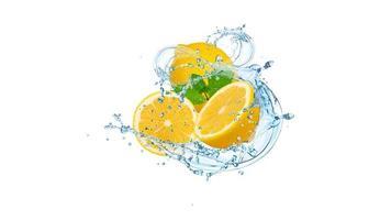 salpicaduras de agua y limones foto