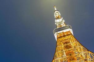 torre de tokio en la noche en tokio, japón foto