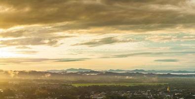 montañas y nubes foto