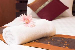 toalla colocada en la cama