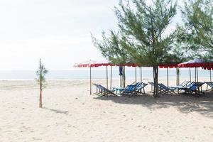 Tumbonas para tomar el sol en la playa en Tailandia foto