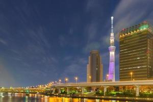 tokio sky tree en la noche foto