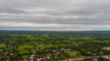 vista aérea sobre un pequeño pueblo cerca de la carretera del país foto