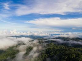 cima de la montaña con vista al valle brumoso