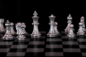 Juego de ajedrez de plata a bordo de fondo