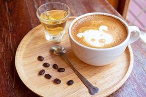 café con leche en una taza blanca