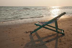silla de playa en la playa en tailandia foto