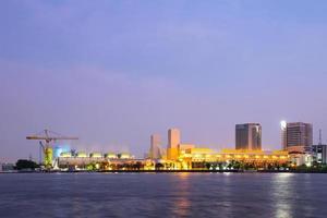 edificios en bangkok en el crepúsculo foto