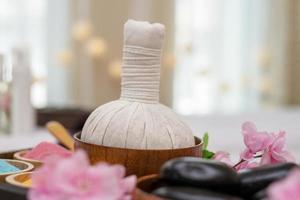 Aceites esenciales, sales de baño y piedras calientes de masaje negro. foto