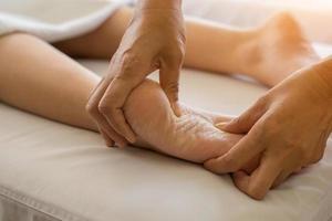 Close-up de mujer haciendo masaje de pies en el spa