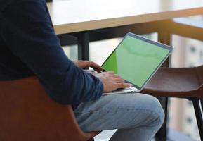 persona con laptop en maqueta de regazo