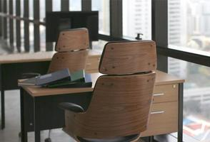 muebles de madera en la oficina foto